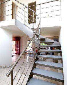 Photo DT30 - ESCA'DROIT® 1/4 Tournant Intermédiaire. Escalier intérieur design métal et béton pour une décoration contemporaine. Finition : laque grise. - © Photo : Philippe CLUZEAU