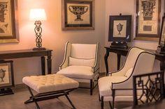klasický italský designový nábytek / stylový toskánský nábytek Showroom, Chair, Furniture, Home Decor, Decoration Home, Room Decor, Home Furnishings, Stool, Home Interior Design