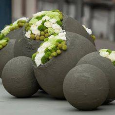 Recentemente fiz um post sobre as esferas no jardim e sua aplicação na decoração de pequenos e grandes jardins, mas naquela ocasião ...