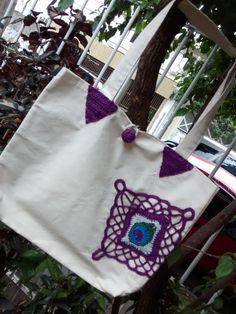 Ecobag tecido com aplicação crochet.  A peça refere-se ao produto.  Medidas: 40x55.  Feito a mão.