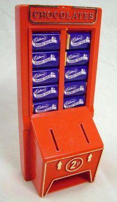 Cadury's Chocolate Machine money box Photo of Cadbury Chocolate machine money box full of miniature Dairy Milk chocolates, taken from TV Cream Toys .uk - more photos, plus write ups, at the web site. 1980s Childhood, My Childhood Memories, Sweet Memories, 1980s Toys, Retro Toys, Vintage Toys, Toys Uk, Vintage Sweets, Dairy Milk Chocolate