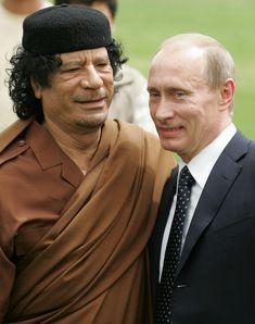 Президент России Владимир Путин (R) стоит рядом ливийского лидера Муаммара Каддафи во время подписания соглашения между двумя странами 17 апреля 2008 года в Триполи, Ливия. Путина в Ливию с двухдневным официальным визитом, чтобы восстановить российско-ливийских отношений. (