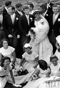JFK and Jackie Kennedy - wedding photography by Life Magazine Jacqueline Kennedy Onassis, John Kennedy, Jackie Kennedy Wedding, Les Kennedy, Senator Kennedy, Jaclyn Kennedy, Jaqueline Kennedy, Miss Moss, American Wedding