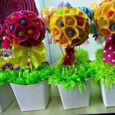 Cute for a kids party.lolly pops and cupcake liners Candy Party, Party Favors, Candy Centerpieces, Diy Y Manualidades, Sweet Trees, Candy Crafts, Candy Bouquet, Partys, Holidays And Events