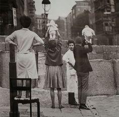 historical-photos-12 - Moradores de Berlim Ocidental apresentam seus filhos aos avós, que residiam o lado oriental, 1961.