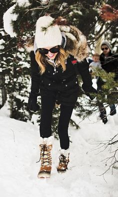 I love this winter outfit with the winter boots! Cold weather can make dressing cute hard. Here's how to look good in the snow while wearing cute winter outfits, winter boots and warm coats! Winter Mode Outfits, Cute Winter Outfits, Winter Fashion Outfits, Look Fashion, Teen Fashion, Autumn Winter Fashion, Fall Outfits, Summer Outfits, Cute Outfits