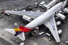 Asiana Airlines Boeing 747-48E HL7418 taking on supplies for the return journey at Los Angeles-International, October 2015. (Photo via Twitter: @sbrandao747)