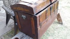 DIY How to restore an old veneer and wood trunk Amazing Gardens, Beautiful Gardens, Wood Trunk, Outdoor Venues, Diy Garden Decor, Diy Furniture, Storage Chest, Diys, Restoration
