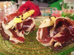 Iberico belotta med vit sparris, tryfferad olivmajo och kavringsflan | Recept.nu
