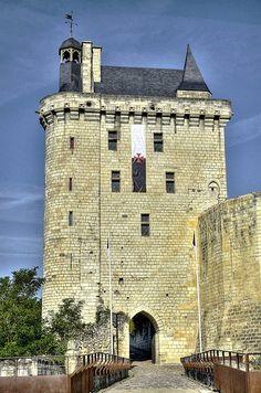 Dans sa configuration actuelle, mince et élancée, la tour de l'Horloge remonte à la fin du XIVe siècle. Depuis la fin du XIIe siècle, elle sert d'entrée au château du Milieu. Elle tient son nom de l'horloge installée dans le clocheton qui domine la toiture. Un vieux dicton chinonais révèle le nom de la cloche qui sonne les heures depuis 1399 : « Marie-Javelle Je m'appelle. Celui qui m'a mis M'a bien mis Celui qui m'ostera S'en repentira »
