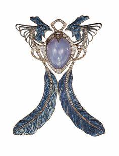 RENÉ LALIQUE | Pendentif Coqs, 1901-1902. Or, saphir étoilé, diamants, émail.