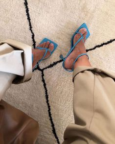 """CLOSET THERAPY®️ on Instagram: """"Dans la catégorie essentiels de saison : les sandales et mules minimales.  Timeless par excellence elles vont avec tout et updatent un…"""""""