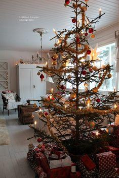 Loputonta remonttia vanhassa kaupassa, josta on tullut meidän koti. Christmas Tree, Holiday Decor, Home Decor, Teal Christmas Tree, Decoration Home, Room Decor, Xmas Trees, Christmas Trees, Home Interior Design