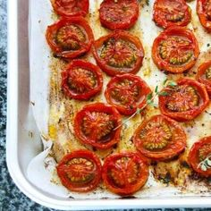 Geroosterde tomaatjes uit de oven met wat olijfolie, zwarte peper, zout en verse Italiaanse kruiden.