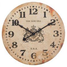 De très grande envergure, cette horloge bois beige glorifiera votre déco ! D'un diamètre de 80 cm, elle est marquée d'un cadran numéraire vieilli à effet rouillé faisant parfaitement illusion, et évoque une société américaine presque centenaire reconnue pour avoir introduit la casquette de base-ball des années 30. Une pièce parfaite pour apporter une touche rétro dans votre intérieur !