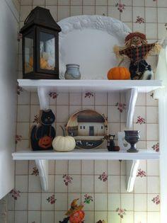 Fall decor kitchen shelves