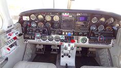 Cockpit del bimotor Piper PA-34-200T Seneca II (EC-LVI), de la escuela de pilotos Dream Flyers, en el Aeropuerto de Sabadell el 13-12-2015.