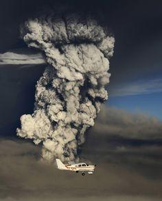 Grimsvotn Volcano Eruption Smoke and Plane. Grimsvotn - volcano under a glacier, Iceland Weather Storm, Wild Weather, Fuerza Natural, La Ilaha Illallah, Nature Landscape, Tornados, Thunderstorms, Natural Phenomena, Science And Nature
