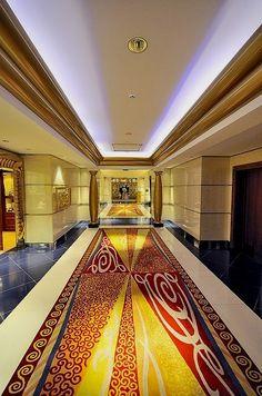 Pasillo interior del Burj Al arab Burj Al Arab, Dubai City, Hotel Dubai, Living In Dubai, Classic Building, Visit Dubai, Hotels, Dubai Travel, Military Girl