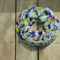 fade757a5 This floral infinity scarf is a great way to accessorize an outfit!  Mascaras, Šatky