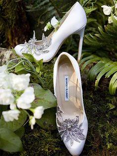 Tacón alto y punta redondeada, está forrado de satén y decorado con una bonita flor hecha con cristales que recorren el empeine y el late...