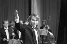 Его имя стало известно после победы на международном конкурсе оперных певцов BBC в Кардиффе Певец мира.