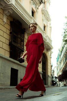La boda religiosa de Poppy Delevinge confirmó la tendencia de las 'bodas en blanco'. Para este tipo de enlaces –en los que todos los invitados deben vestir de rigurosa tonalidad marfil–, nada mejor que un vestido de encaje, largo hasta los pies y de estética 60's. Inspírate, en #Espía.