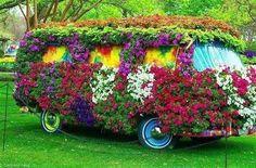 Een mooi idee om een auto of bus te bekleden met bloemen :-)