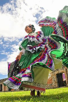 Jalisco is one of the states with more culture. costumes used by the dancers are unique each has its color skirt they wear ribbons in their hair to adorn her hair. they make up is so nice, i like a lot. i love to se the differentes dance in old the earth. We Are The World, People Of The World, Mexican Art, Mexican Style, Ballet Folklorico, Mexican Heritage, Mexico Culture, Shall We Dance, Mexican Dresses