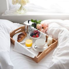 Registry Essentials for The Perfect Breakfast in Bed - Frühstück Romantic Breakfast, Breakfast In Bed, Perfect Breakfast, Breakfast Quiche, Breakfast Potatoes, Protein Breakfast, Breakfast Casserole, Birthday Breakfast For Husband, Mothers Day Breakfast