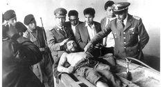 Militares observam o corpo de Guevara, antes de as mãos serem decepadas para identificação