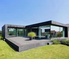11 sensationelle Häuser mit viel Glas Single-family house D: modern houses by the architectural firm Dongus Architektur Casas Containers, Container House Design, Floor To Ceiling Windows, Ceiling Curtains, Modern House Design, Contemporary Design, Exterior Design, Modern Architecture, Minimalist Architecture