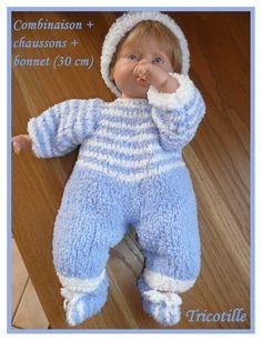 Chez Laramicelle  tutos gratuits pour poupées ; mes tutos sont gratuits, et Crochet Christmas Decorations, Baby Born, Filet Crochet, Knit Dress, Baby Dolls, Doll Clothes, Barbie, Knitting, Kids