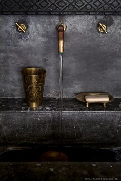 New bath room black details brass 31 ideas Black And Gold Bathroom, Tadelakt, Dark Interiors, Deco Design, Beautiful Bathrooms, Bathroom Inspiration, Interiores Design, Interior And Exterior, Brass