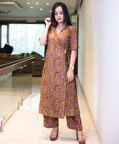 Simple stylish kurti Silk Kurti Designs, Kurta Designs Women, Blouse Designs, Dress Indian Style, Indian Dresses, Stylish Kurtis Design, Dress Patterns, Kurti Patterns, Sewing Patterns