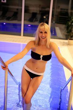 Model Elischeba Wilde im blauen Bandeau-Bikini