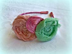 Μεταλλική στέκα με ροζέτες από γάζα και ποντικοουρά σε παστελ χρωματισμούς