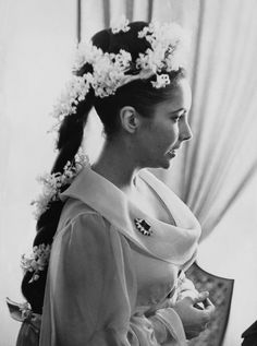 A closer look at Liz's gorgeous flower crown in 1964.