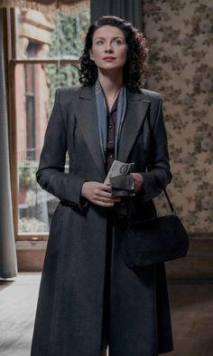 The Movie Fashion presents you with the Caitriona Balfe Outlander Claire Randall Coat perfect attire to add to your winter wardrobe. Jamie Fraser, Claire Fraser, Jamie And Claire, Outlander Claire, Caitriona Balfe Outlander, Outlander Season 3, Outlander Book Series, Voyager Outlander, Outlander Wedding