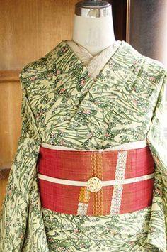 クリームイエローとハーブグリーンを基調に、薄紅がほのかに差し入れられた優しい色使いで、紅型を思わせる風景模様が染め出されたウールの単着物です。