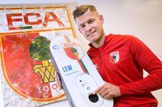 Der Isländische Stürmerstar Alfred Finnbogason nimmt eBoxen aus Augsburg mit in die Heimat. Er fährt Elektroauto und versorgt seine Nationalmannschaftskollegen mit einer eBox für das Laden zu Hause.
