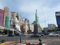 La recreación de Nueva York incluye tanto los edificios más característicos, como el Empire State o el edificio Chrysler, como otros famosos monumentos, como el Puente de Brooklyn o La Estatua de la Libertad.  Alrededor del hotel se encuentra la montaña rusa Roller Coaster at New York-New York, una atracción que alcanza los 100 kilómetros por hora.