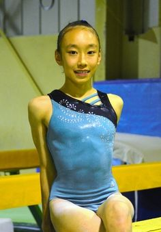 写真:始球式で投手を務める体操選手の梶田凪さん