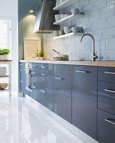 Modern, magas fényű szürke IKEA konyha, világos