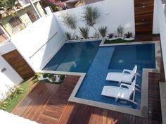 O pouco espaço já não é desculpa para quem cogita ter uma piscina em casa. Separamos projetos da área de lazer e dicas de decoração para piscina pequena.