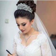 Quince Hairstyles Formal Hairstyles Wedding Hairstyles Wedding Veils Wedding Bride Romantic Wedding Hair Wedding Hair And Makeup Bridal Makeup Vail Bride Romantic Wedding Hair, Vintage Wedding Hair, Wedding Hair And Makeup, Wedding Updo, Bridal Makeup, Hair Makeup, Wedding Tiaras, Quince Hairstyles, Best Wedding Hairstyles