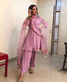 Desi desi na bolya ker chori reh. Pakistani Dresses Casual, Indian Fashion Dresses, Dress Indian Style, Pakistani Dress Design, Pakistani Bridal, Pakistani Gharara, Punjabi Wedding, Indian Bridal, Dress Fashion