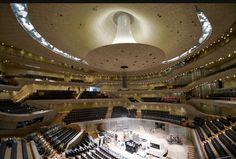 """Konzertsaal der Elbphilharmonie Hamburg übergeben. Die Kosten für die """"gläserne Welle"""" der Schweizer Architekten Herzog & de Meuron waren von 77 Millionen auf 789 Millionen Euro gestiegen. Ursprünglich war die Eröffnung schon im Jahr 2010 geplant gewesen. Fast jedes Detail ist einzigartig und wurde so noch nie gebaut - angefangen von der Wandverkleidung - der sogenannten Weißen Haut - bis zur gläsernen Fassade. Der Konzertsaal """"schwebt"""" aus Schallschutzgründen auf 362 Stahlfederpaketen."""
