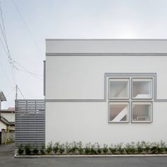 Super cute facade of a white, square home. コンパクトで可愛いショートケーキハウス : by M設計工房