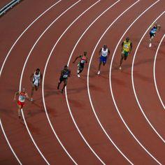 Welche Höchstgeschwindigkeit erreicht der Sprinter? 44,72 km/h Der im Jahr 2009 bei den Leichtathletik-Weltmeisterschaften in Berlin von Usain Bolt aufgestellte Männer-Weltrekord in 9,58 s entspricht einer Durchschnittsgeschwindigkeit von 10,44 m/s oder 37,58 km/h. Usain Bolt erreichte bei seinem Rekordlauf von 9,58 s sogar eine Spitzengeschwindigkeit von rund 12,5 m/s oder 44,72 km/h.